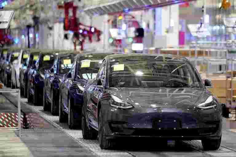 速度采取:汽车制造商出现在快速车道上恢复