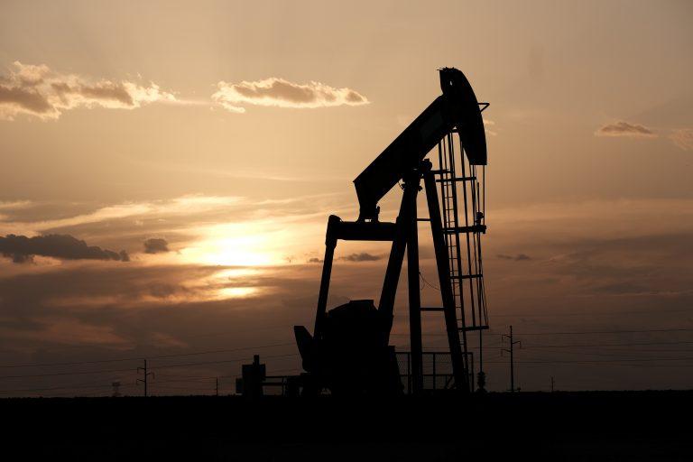 随着经济衰弱的重量,石油延伸到接近两个月低的损失